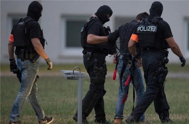 Картинки по запросу Die deutsche Bundespolizei führt landesweit Razzien durch, bei denen die Deutschen ihre Gedanken auf Facebook veröffentlichen.