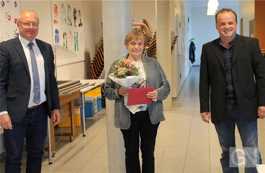 Auszeichnung: Weltmeisterin Gerda Bartels nimmt die Ehrung von Samtgemeindebürgermeister Hajo Bosch (links) und Bürgermeister Wilfried Segger entgegen. Foto: privat