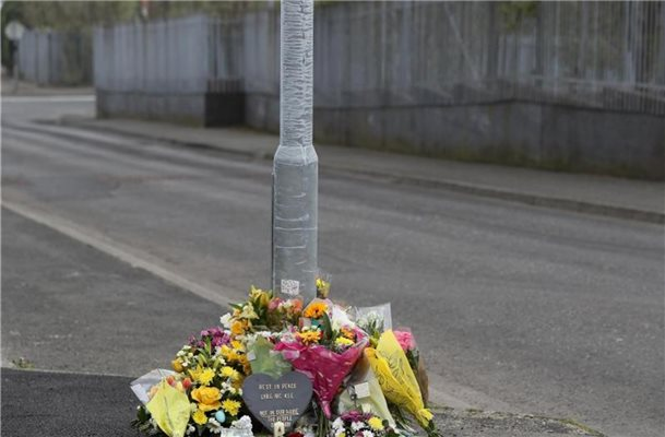 Blumen am Fanad Drive in Londonderry, wo Lyra McKee am 18. April erschossen wurde. Foto: Brian Lawless/PA Wire