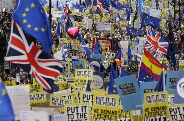 Brexit-Gegner demonstrieren in London. Foto: Tim Ireland/AP
