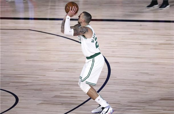 Daniel Theis bei einem Dreipunktewurf. Foto: Kim Klement/Pool USA Today Sports/AP/dpa