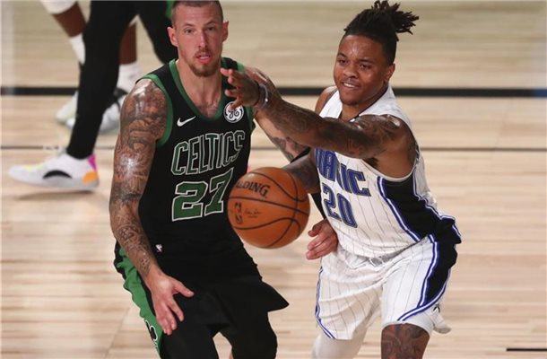Daniel Theis von den Boston Celtics (l) in Aktion gegen Markelle Fultz (r) von Orlando Magic. Foto: Kim Klement/Pool USA Today Sports/AP/dpa