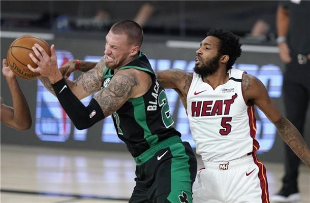 Daniel Theis von den Boston Celtics (l) und Derrick Jones Jr. von den Miami Heat kämpfen um den Ball. Foto: Mark J. Terrill/AP/dpa
