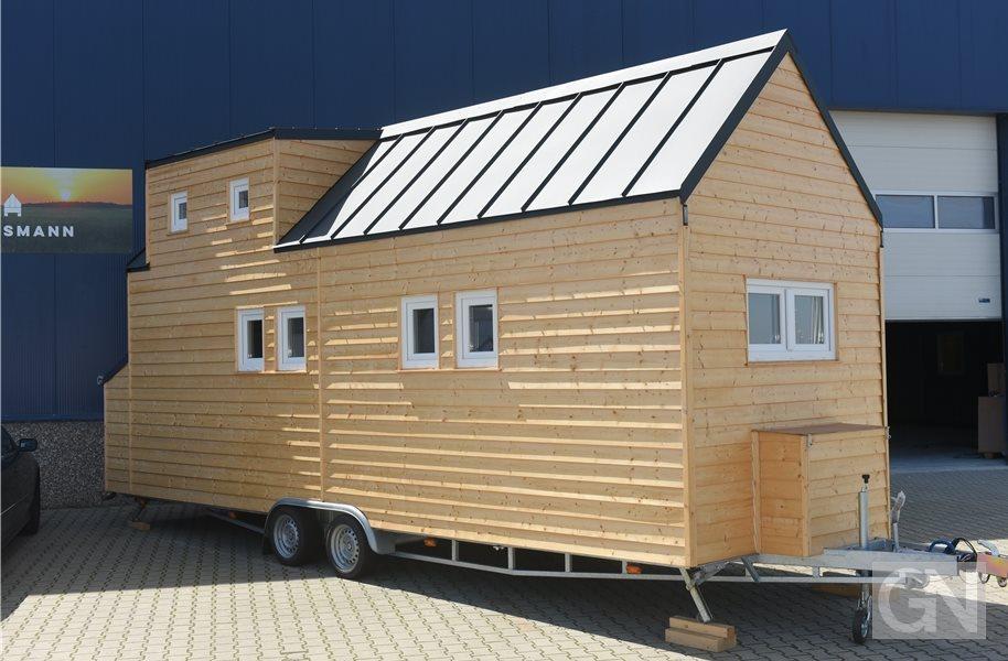 Zwei Gildehauser bauen kleine Häuser auf Rädern