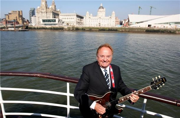 "Der Sänger Gerry Marsden 2009 an Bord der Mersey-Fähre. Marsden, der Sänger der Band Gerry And The Pacemakers (""Ferry Cross The Mersey""), ist tot. Foto: Dave Thompson/PA Wire/dpa"