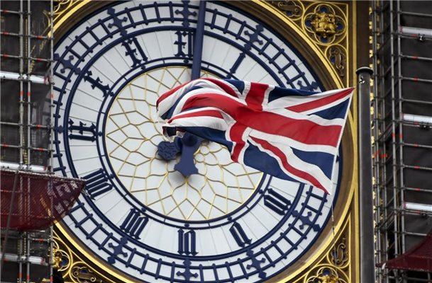 Der Union Jack am Ziffernblatt des Big Ben in London. Foto: Alberto Pezzali/AP/dpa