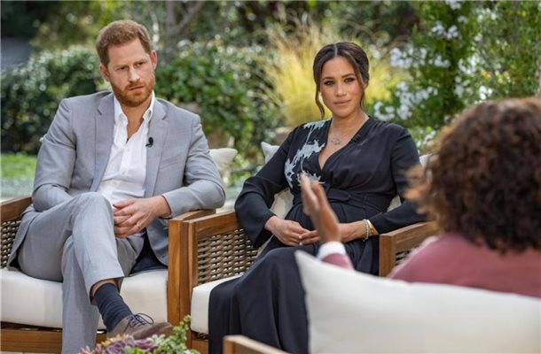 Die US-Moderatorin Oprah Winfrey (r) interviewt Prinz Harry und seine Ehefrau Herzogin Meghan. Foto: Joe Pugliese/Harpo Productions/PA Media/dpa