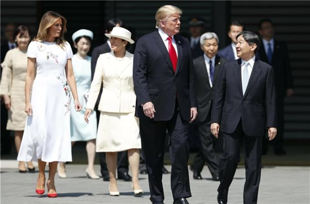 Donald Trump (2.v.r) und Japans Kaiser Naruhito (r) sowie First Lady Melania (2.v.l) und Kaiserin Masako (4.v.l) im Kaiserpalast. Foto: Issei Kato/Pool Reuters/AP