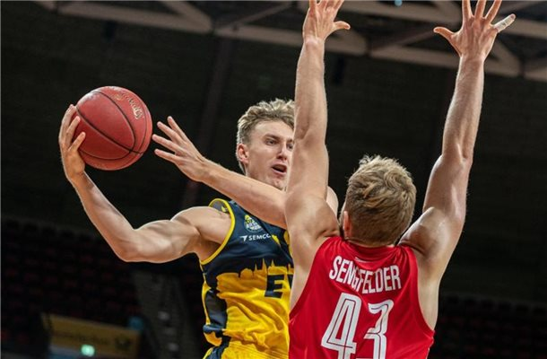 Jacob Hollatz (l) von EWE Baskets Oldenburg in Aktion gegen Christian Sengfelder von Bamberg. Foto: Ulf Duda/fotoduda.de/BBL/Pool/dpa
