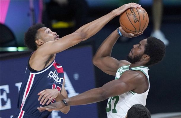 Jonathan Williams (l) von den Washington Wizards blockt einen Wurf von Semi Ojeleye von den Boston Celtics. Foto: Ashley Landis/Pool AP/dpa