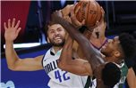 Maxi Kleber (l) von den Dallas Mavericks in Aktion gegen Giannis Antetokounmpo (M) von den Milwaukee Bucks. Foto: Kevin C. Cox/Pool Getty Images/AP/dpa