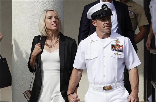 Navy Special Operations Chief Edward Gallagher (m.) mit seiner Frau Andrea Gallagher. Foto: Gregory Bull/AP