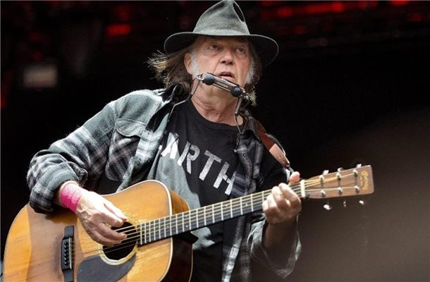 Neil Young 2016 beim Roskilde Festival. Foto: Nils Meilvang/epa/dpa