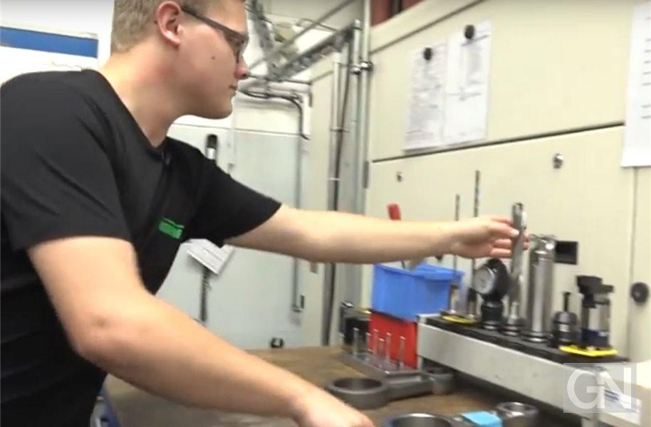 Azubi bei Neuenhauser Maschinenbau stellt Lehre im Video vor