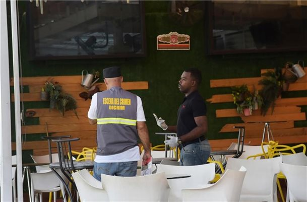 Polizisten suchen Spuren in der Bar in Santo Domingo. Foto: Luis Gomez/AP