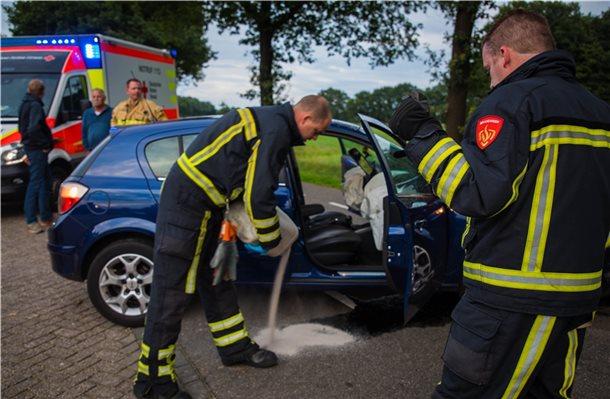 Auto prallt bei Oud Ootmarsum gegen Baum - Grafschafter Nachrichten