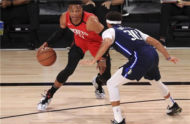 Russell Westbrook (l) von den Houston Rockets dribbelt gegen Seth Curry (r) von den Dallas Mavericks. Foto: Mike Ehrmann/POOL Getty Images/AP/dpa