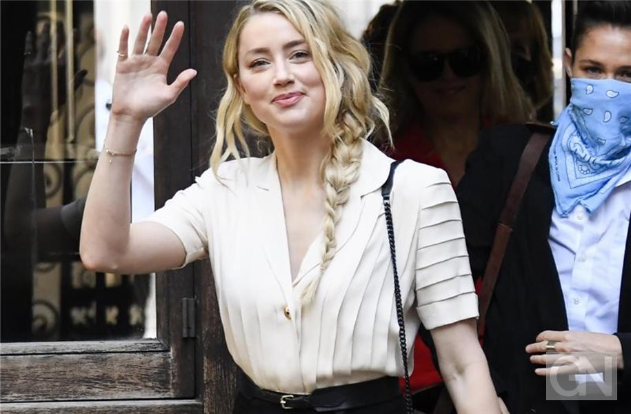 Schauspielerin Amber Heard (l) vor dem High Court in London. Foto: Alberto Pezzali/AP/dpa