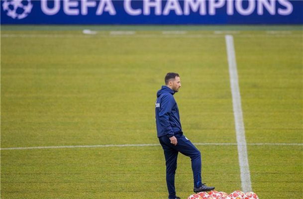 Sieht die Favoritenrolle klar bei Man City: Schalke-Coach Domenico Tedesco. Foto: Rolf Vennenbernd