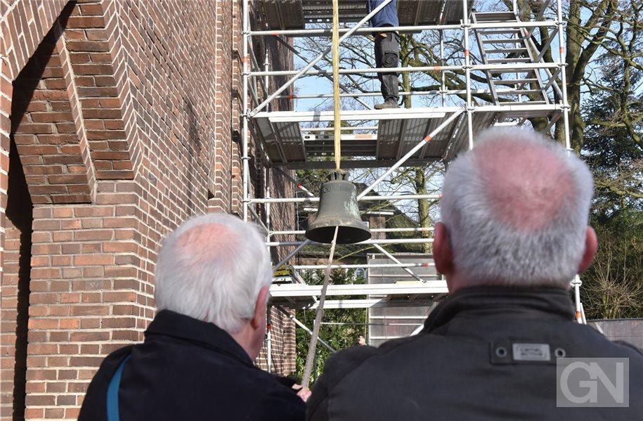 Glocken werden aus dem lutherischen Kirchturm ausgebaut