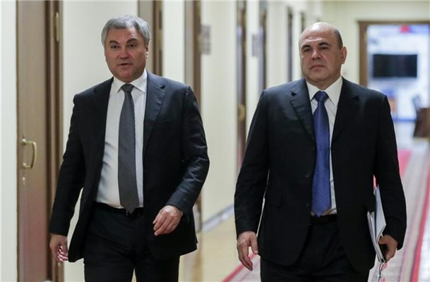 Wjatscheslaw Wolodin (l.), Vorsitzender des russischen Parlaments, und der neue Ministerpräsident Michail Mischustin in der Staatsduma. Foto: The State Duma/The Federal Assembly of The Russian Federation/AP/dpa